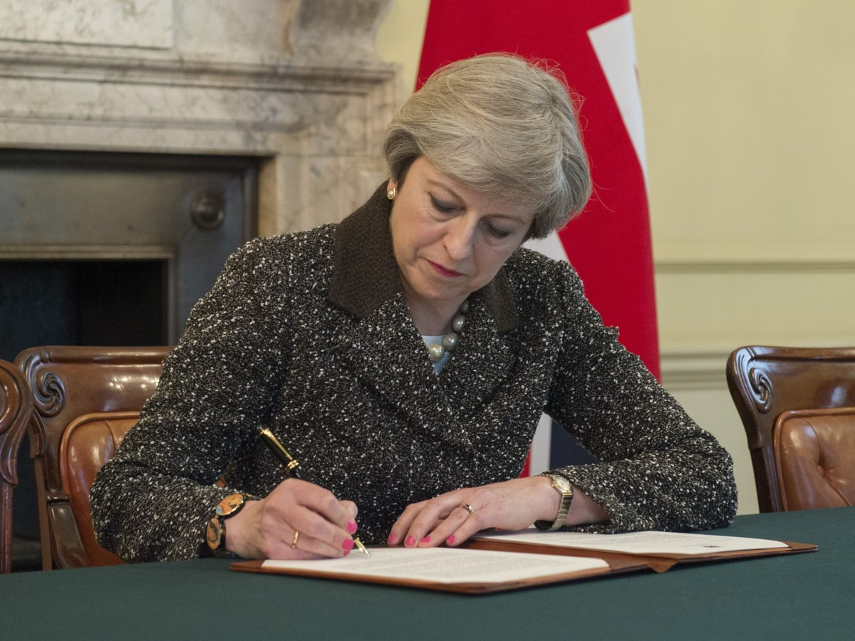 theresa may foto firma lettera brexit