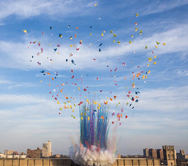 Domani a Firenze l'artista contemporaneo Cai Guo-Qiang esegue City of Flowers in the Sky, un'esplosione di fuochi d'artificio diurni
