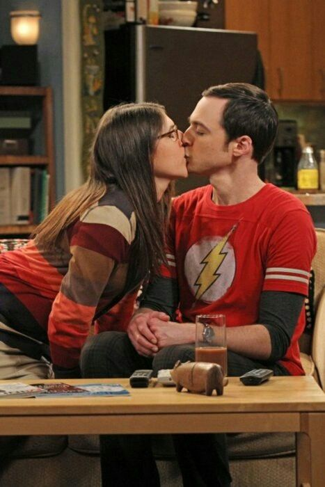 "World Kiss Day, ecco i baci più amati delle serie TV: il primo bacio ""nerd"" tra Amy e Sheldon di ""The Big Bang Theory"" in testa alla classifica"