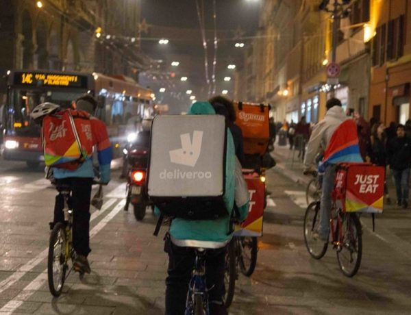 I riders scioperano, food delivery