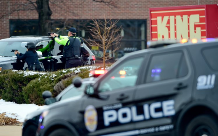 Strage in un supermercato di Boulder, in Colorado: almeno dieci morti, fermato il killer che ha sparato ai clienti del King Soopers di Table Mesa Drive